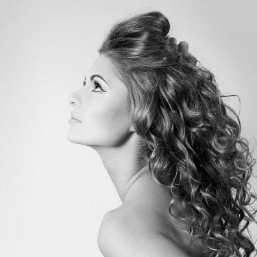 O cabelo de uma modelo caindo pelo seu ombro.