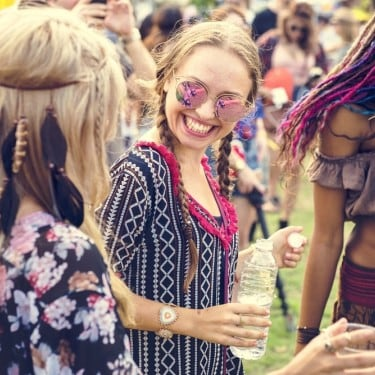 Tren Warna Rambut Burgundy yang Cocok untuk Ke Festival Musik
