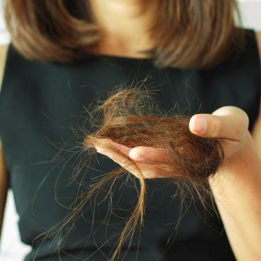 Mengetahui berbagai penyebab rambut rontok