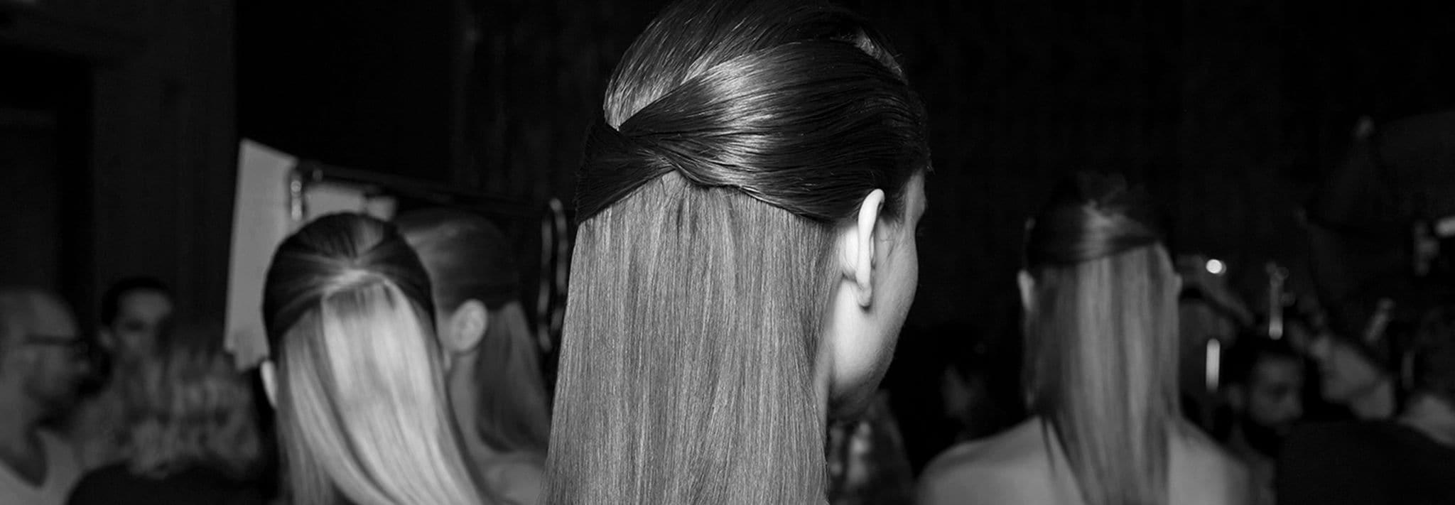 Tampak samping rambut seorang model menggunakan jepit rambut.